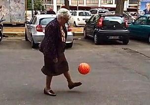 ...已经有数千人分享观看. 这位老太太穿着黑色长裙和毛衣,在走过...