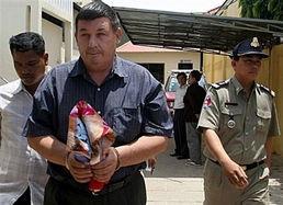 综合报道,美国一退休海军上校涉嫌强奸7名未成年柬埔寨少女,面临...