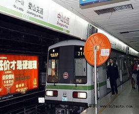 ,根据目前航班的编排计划,抵达   上海   的时间从22:55至虹桥机场...