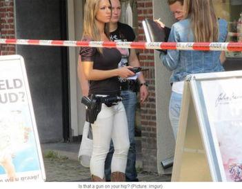 荷兰女警童颜巨乳受男犯追捧 女神版007女警魔鬼身材蓝眼晴诱惑歹徒