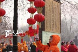 游客根据谜灯所贴谜面猜谜-乌鲁木齐市水磨沟区正月十五文化大庙会