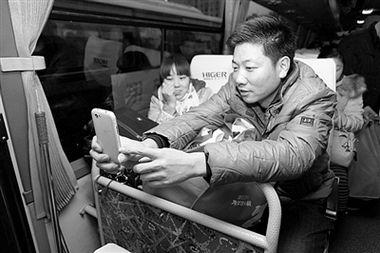 无料工口av xvideos-1月24日,农历小年,武汉洪山礼堂前,10辆爱心大巴车整装待发,...