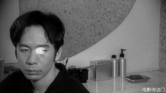 在石井辉男的<盲兽vs一寸法师>中扮演大侦探,在三池崇史<杀手阿一>...