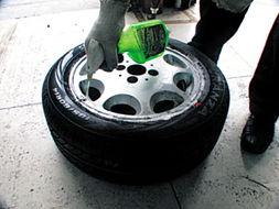 ...胎 卡族车迷 卡巴一族 Powered by Discuz -跟专家学习换轮胎