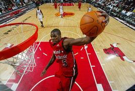 NBA慈善赛献爱心 球星们轻松畅意玩扣篮