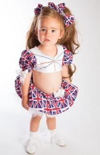 为这样的投资是值得的.   Jas认为,让女儿从小大量接触名牌服装可...
