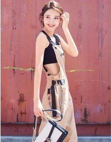 唐艺昕时尚感十足,背带裤里搭运动bra,整个气场霸道吊到炸