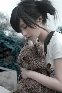 低头抱小熊的美眉,淡淡思绪的情感意境图片