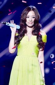 张靓颖嫩黄色低胸长裙亮相 喜获最佳亚洲歌手奖