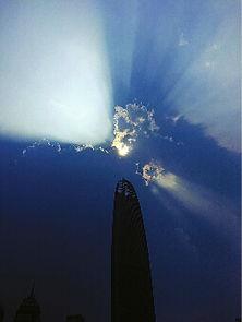 ...3时,泉城出现南边阴云北边晴,太阳透过云层形成一道道光芒.   ...