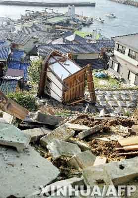 ...日本南部福冈市玄界岛上一座被地震破坏的房屋.据日本NHK电视...