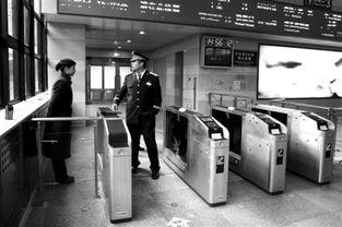 昨日,北京西站高铁候车室内自动检票机已安装好,为配合京广高铁...