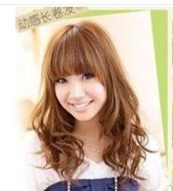 ...可爱的胖圆脸的女生,选择的是一款齐式刘海的长发烫发发型,头发...