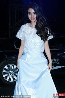 Angelababy穿白色长裙自牵裙摆