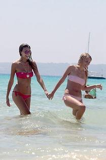 尤文教母姐妹度假 比基尼双飞秀你喜欢哪款