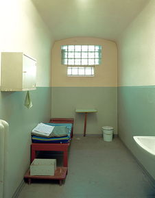 波茨坦监狱的单人牢房.斯塔西的一些监狱和审讯室被拆除,还有一...