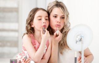 辣妈给6岁女儿化妆 结果酿成大错