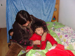 宝坐在被子里由老师帮忙穿衣裤.   压——宝宝统一朝一个方向睡觉,...