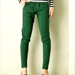 绿色裤子配什么颜色上衣,最易搭配白黄色