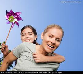 妈妈背着手拿风车的女孩