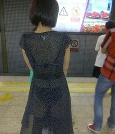 地铁上的不雅行为 女色狼咸猪手不输猥琐男