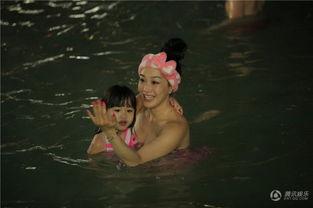...cayla考拉趴在钟丽缇背上水中游玩小美人鱼 徐冲六块腹肌尽显好身...
