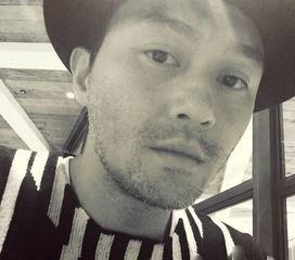 我行我色玩爽-11月1日,张智霖在微博上分享了一张自拍照.   照片   中,本身英俊帅...