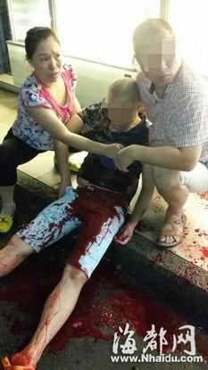 地面上有一大摊鲜红的血迹,几位... 现场一位目击者称,晚上7点15分...