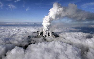 飞过山死图-中国台湾网9月28日消息 日本中部著名景点御岳山27日突然火山爆发,...