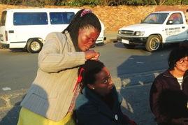 黑人姑娘用假发扎成小辫子-两个老婆两个家 隔天一换轮流住