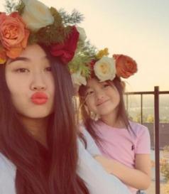 李安琪与女儿奥莉-两个漂亮天使 奥莉和妈妈头戴花环亲密合影