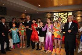 ...与日本代表共唱《手拉手》-代表团慰问演出