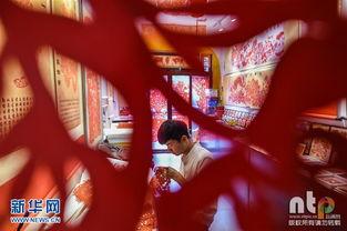暮生舞花- 2016年7月3日,河南省洛阳市,老城历史文化街区,畅杨杨正在剪纸...