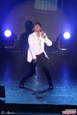 ...在台北开唱,一开场就以热歌劲舞炒热现场气氛,并到台下和歌迷...