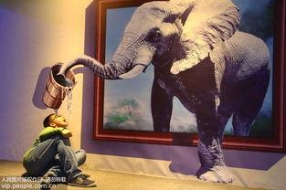 五月丁香啪啪给-5月2日,游客正在体验3D视觉《喝水》.-高清 奇妙3D视觉欢乐秀 让...