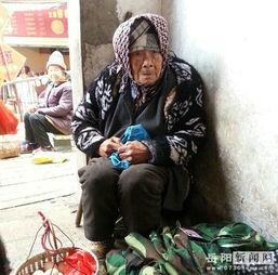 85岁五保户老人菜市场卖鸡蛋 众市民伸出援助之手