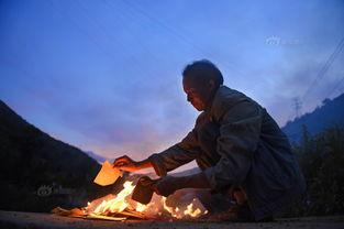 ...奠逝者.摄影:南飞-龙头山镇受灾群众烧纸钱祭奠逝者