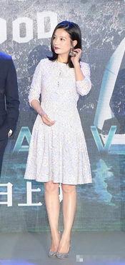 ...丝裙,脚踩水钻高跟鞋参加活动-唐嫣赵薇都在穿蕾丝 怎样搭出新鲜感