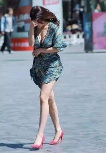 街拍 美女穿着轻衣短裙,在大风天出现,好身材一览无遗