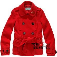 图解:鲜红色双排扣中外套,领口的金色扣针装饰以及蝴蝶结腰带提升...