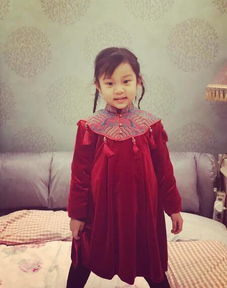 近日,李小璐更新IG,晒出女儿甜馨迎财神的照片.甜馨穿着红色的...