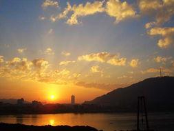 东方曙光,天空微红   湘湖是2006... 10日清晨6点左右,旭日东升,湘...