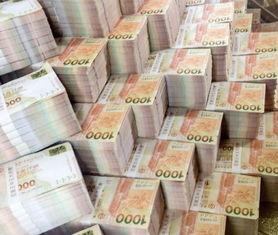 雅昨(3日)到澳门一日游,参观... 阿雅在微博上传钞票迭成山的照片...