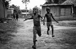 ...样刚回到家乡,孩子们带着惊喜而令人难忘的笑容,并称我为'Yovo...