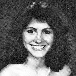 ...毕业于乔治亚州坎贝尔高中的茱莉亚·罗伯茨已出落成美丽的少女.-...