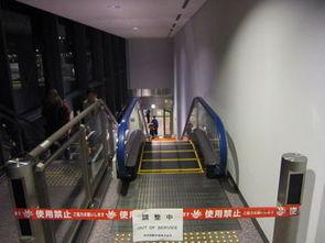 电梯停了,所有的人都得拎着包自己爬楼梯,听说是为了节电……-实...