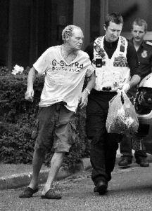 ...服了全英格兰的天才球星,但如今现年47岁的他(左图)因酒精侵...