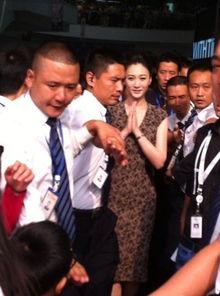检的时候偶遇了演员李小冉,并且还有哭过的神情.随后有关李小冉流...