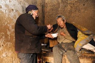 老人睡觉的床上盖了三床被子,但老人说即便这样早晨也都是被冻醒,...