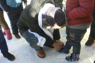 ...青海玉树地区的小山村里,人群中,一位孩子引起了暖男的注意,他...
